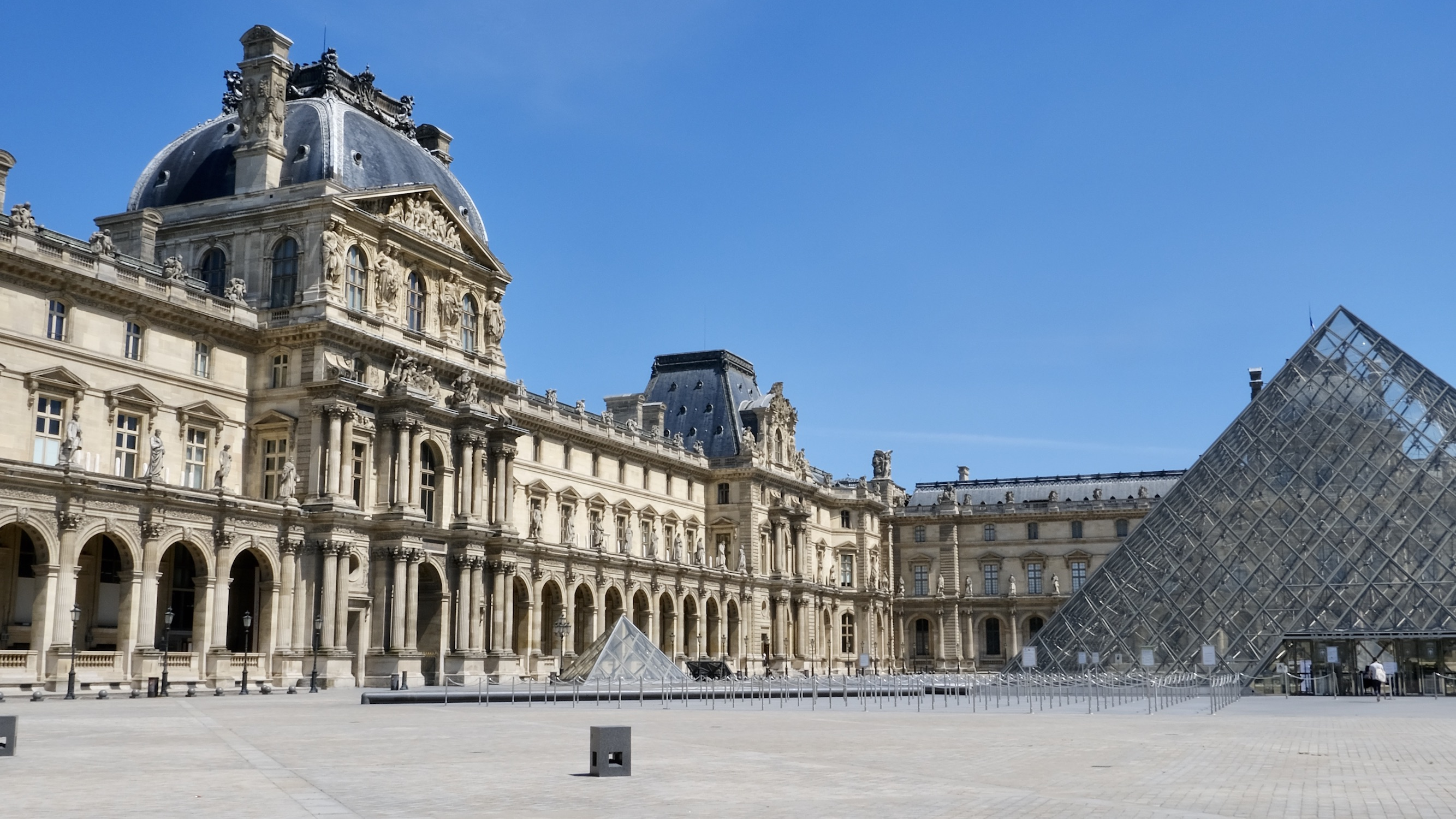 A walk around the Musée du Louvre