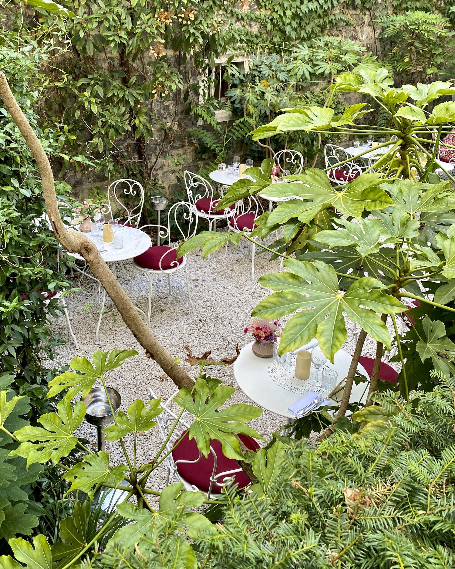 Weekend Links Week 11 the garden at Hotel Particulier in Paris