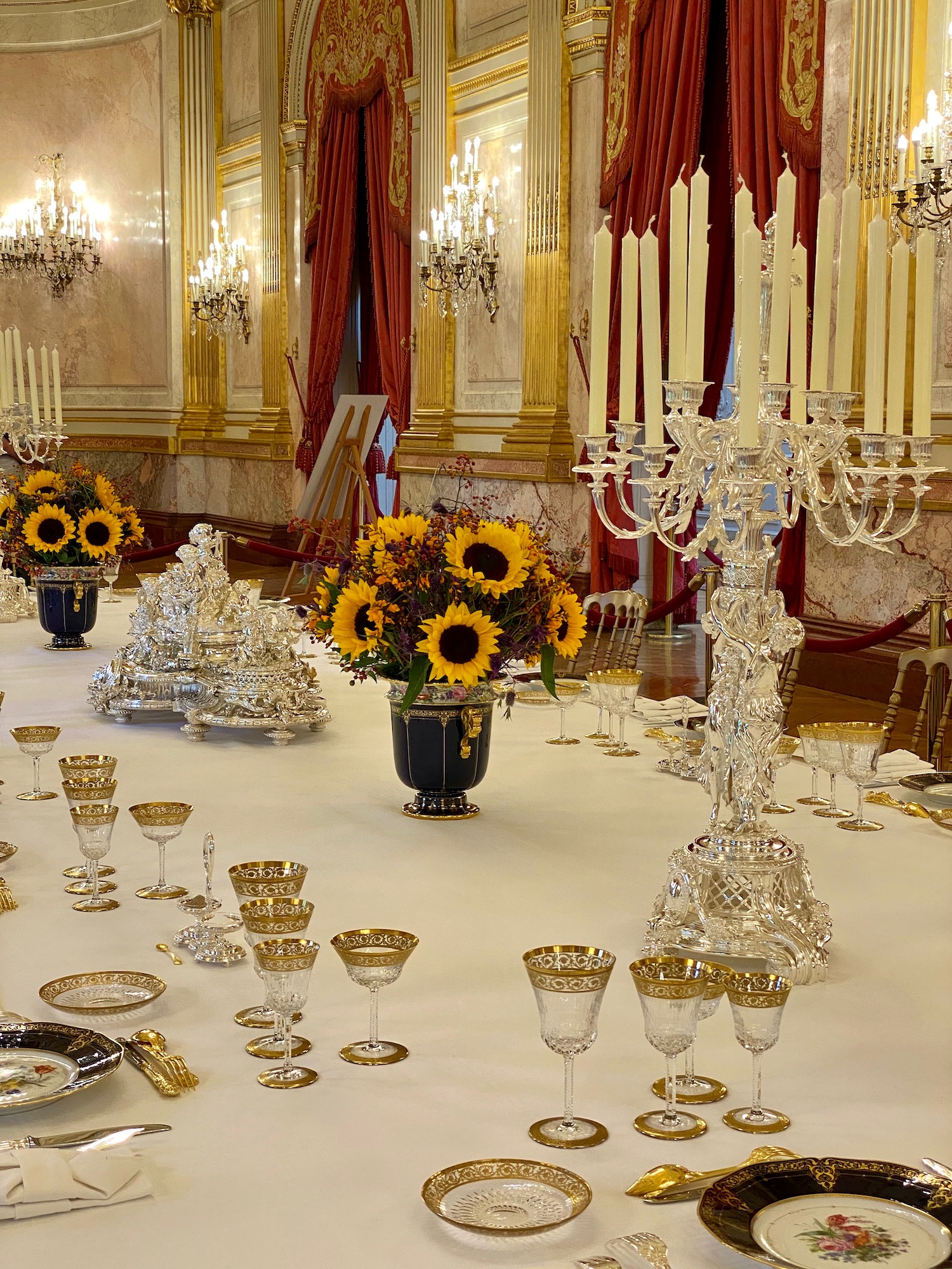 table with Saint Louis crystal and Sèvres porcelain