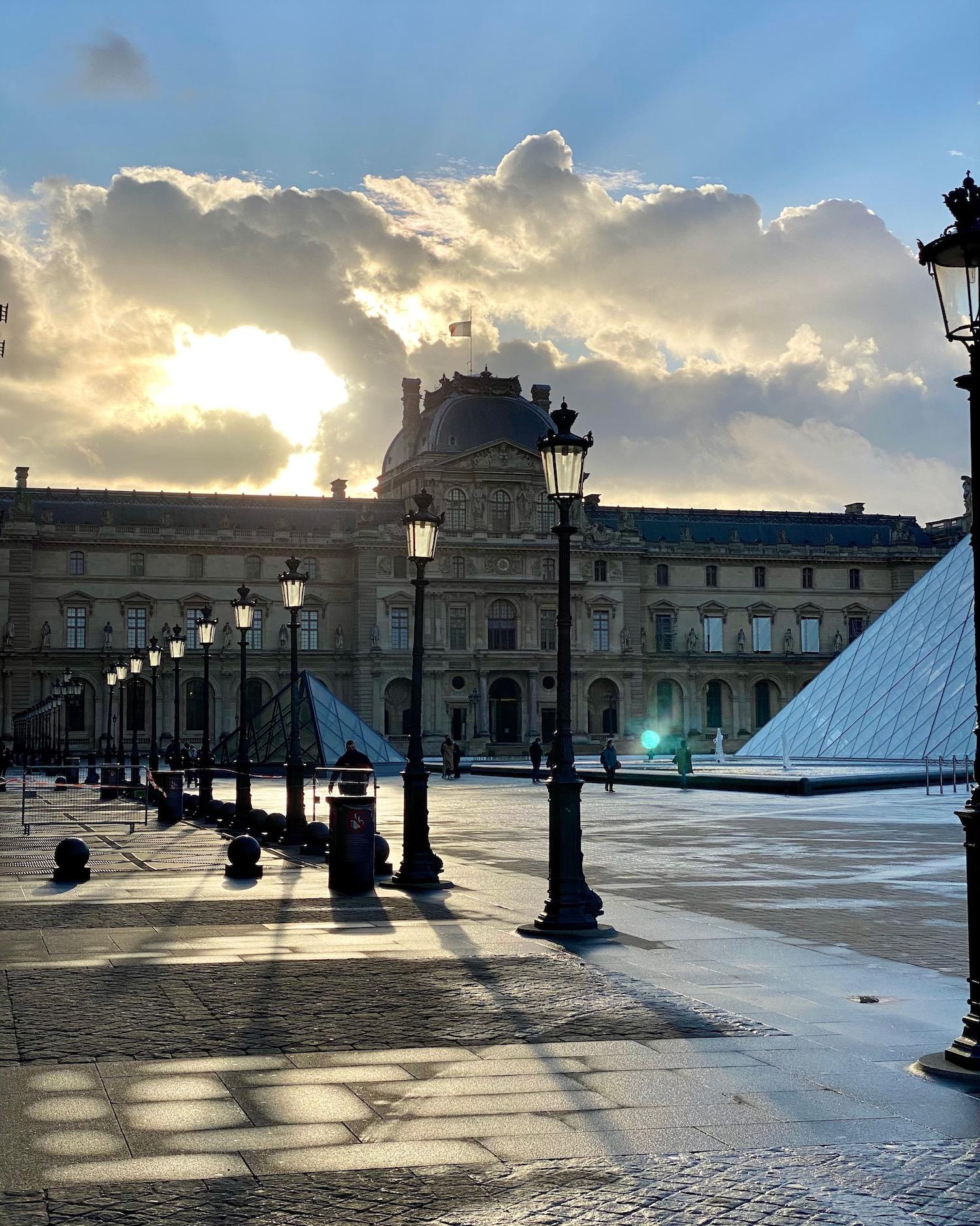 musée du louvre morning view