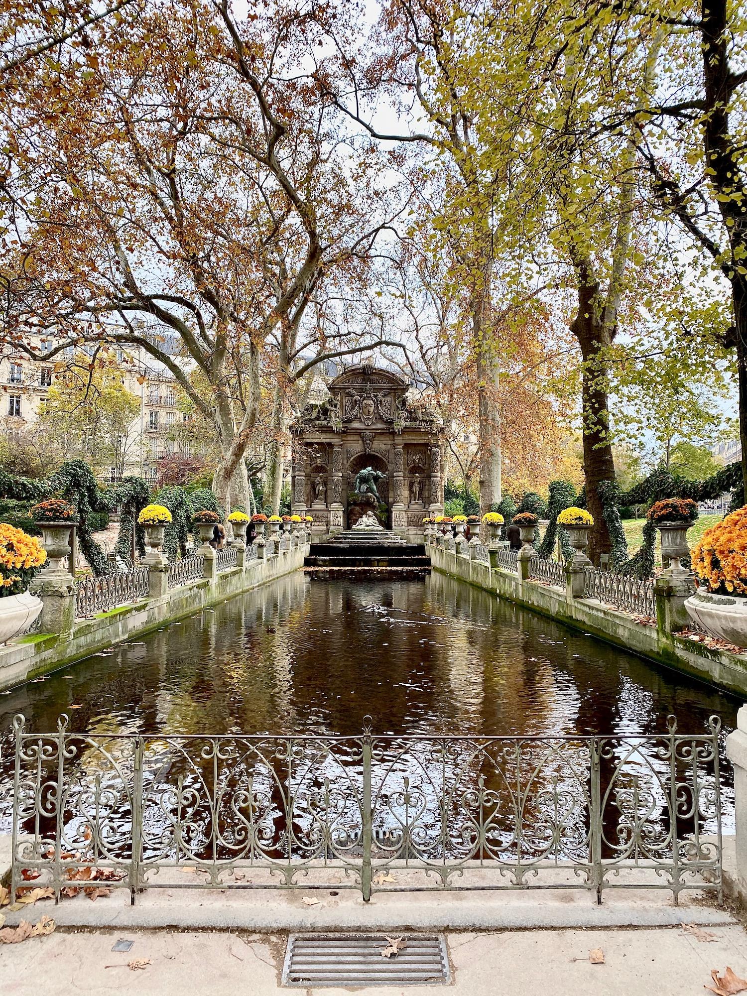 Fontaine de Medicis fall