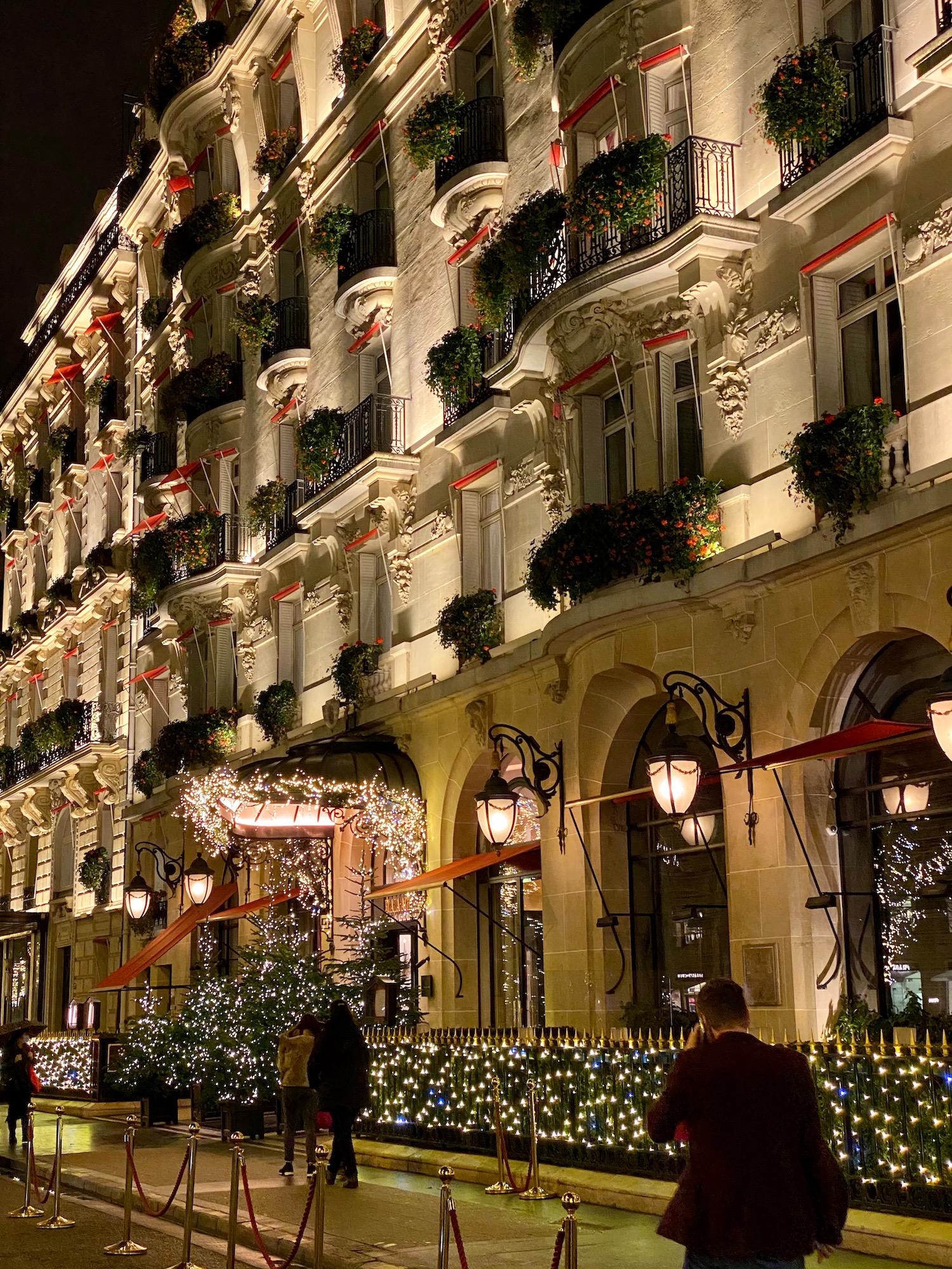 plaza athenée christmas lights paris