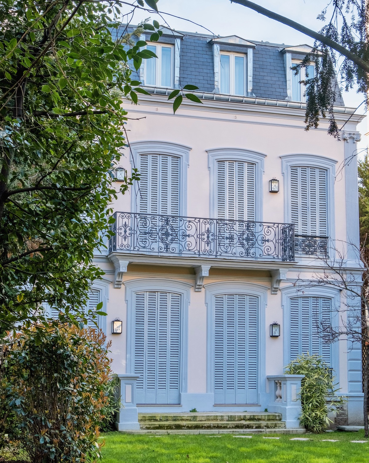 blue house in neuilly