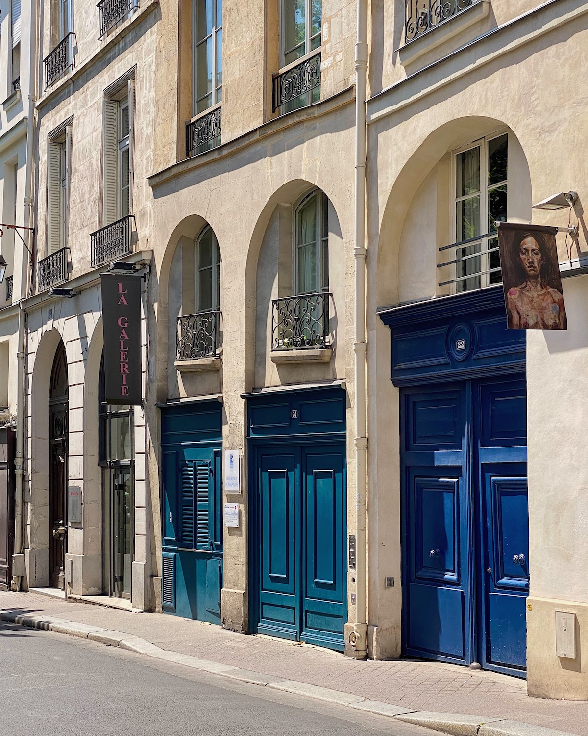 three blue doors in paris five friday finds from france featuring le boulanger de la tour croissant and french château living book